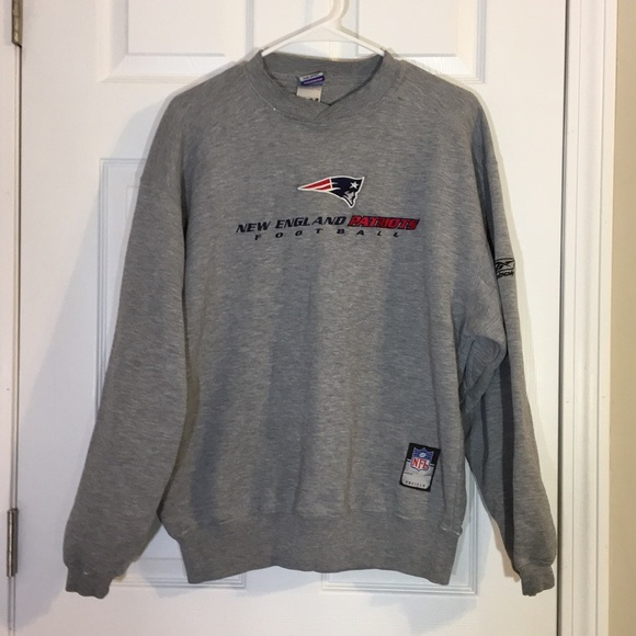 new product 6797a afe49 Vintage men's NFL Patriots crew neck sweatshirt M